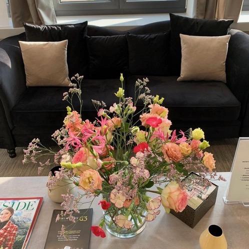 Emfang mit Blumen Zahnarzt Dental Lounge